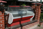 Производство на хладилни витрини с извито стъкло за торти по поръчка