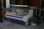 Изработка на хладилни витрини с извито стъкло за торти по поръчка